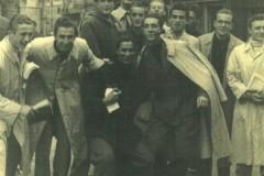 Maldini giovane con  alcuni amici