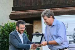 Alessio Maldini premia il terzo classificato Mauro Daltin