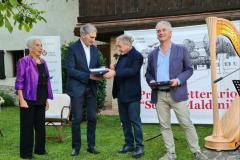 il Sindaco Sergio Michelin e la signora Franca Maldini premiano Federico Pistone.
