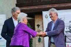 La Signora Franca e il Sindaco Michelin premiano Paolo-Ciampi-vincitore-della-seconda-edizione-del-premio-Sergio Maldini