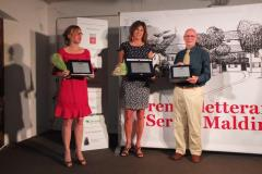 Premiazione della vincitrice del premio narrativa di viaggio Simona Baldanzi e Paolo Ciampi  premiati dalla Signora Franca Maldini.