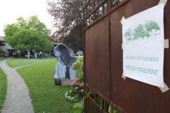 Ingresso nel giardino di casa Maldini con l'immagine di Sergio Maldini